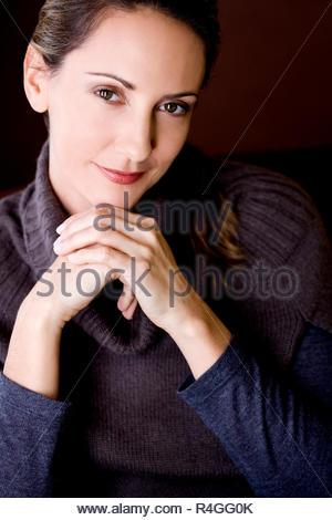 Femme à l intérieur portrait d hiver froid habillé de rire cap hat Foulard  Gants chandail pull studio · Portrait of a young woman smiling Banque  D Images 02bd007904f