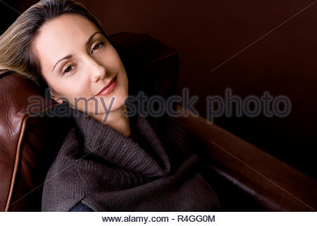 Femme à l intérieur portrait d hiver froid habillé de rire cap hat Foulard  Gants chandail pull studio · Portrait of a Mid adult woman se reposant dans  un ... a17a156aabf