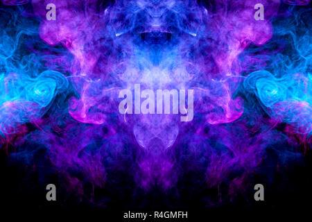 Nuage de bleu, violet et rose de la fumée dans la forme d'un crâne, Monster, dragon noir sur un fond isolé. Contexte de la fumée de vape. Moca Banque D'Images