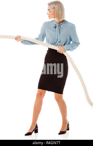 Belle concentré businesswoman pulling rope isolated on white Banque D'Images