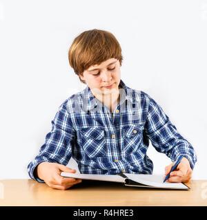 Garçon intelligent apprend à l'école Banque D'Images