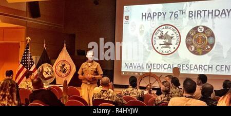 Le Capitaine Adam, Commandant Armstrong, Naval Medical Research Centre (NMRC), parle au personnel au cours de la 76e célébration anniversaire NMRC. Banque D'Images