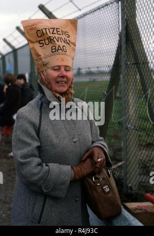 Femme à une protestation anti-nucléaire contre le remplacement de l'ancien des systèmes de missiles Trident à Greenham Common portant un sac en papier sur sa tête intitulé Citoyens sac de survie Banque D'Images