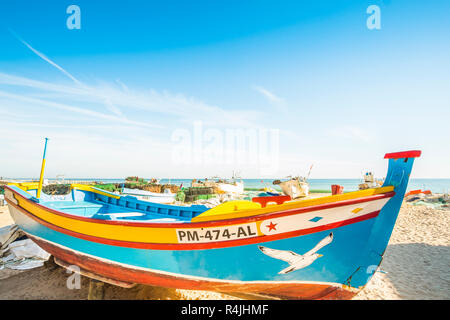 Peint à la main de couleur traditionnels bateaux de pêche en bois en face de cabanes de pêcheurs à la plage des pêcheurs Banque D'Images