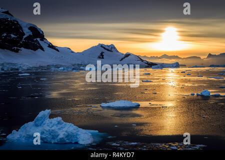 Les icebergs bleu, les montagnes et la mer polaire qui reflète de lagon à Détroit Lemaire, croisière antarctique Banque D'Images