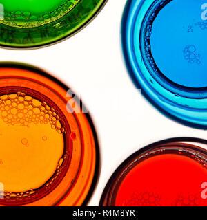 Quatre verres colorés