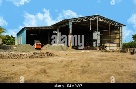 Extérieur du bâtiment d'usine avec entrepôt. La production industrielle de ciment. Banque D'Images