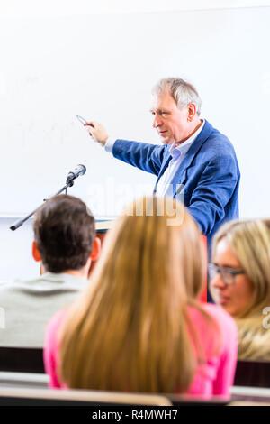 Professeur de collège pour les élèves de cours donnant Banque D'Images