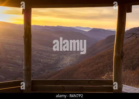 Voir encadré par la maison d'été en bois sur une vallée de Dojkinci village et beau lever de soleil en montagne Banque D'Images