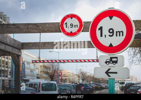 Les panneaux indiquant la hauteur français limited Banque D'Images