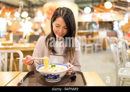 Femme profiter de son restaurant de nouilles japonaises Banque D'Images