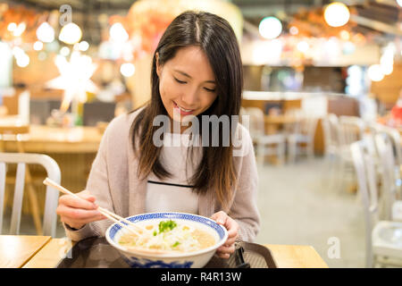 Femme profiter de son restaurant de ramen japonais Banque D'Images