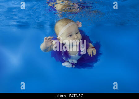 Baby Girl habillé comme un danseur de ballet nage sous l'eau dans un bassin, Odessa, Ukraine Banque D'Images