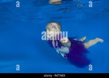 Baby Girl habillé comme un danseur de ballet nager sous l'eau dans un bassin, Odessa, Ukraine Banque D'Images