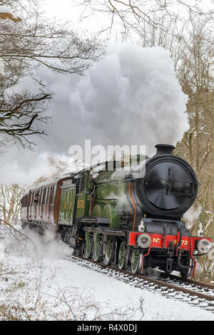 Portrait de l'approche de la locomotive à vapeur britannique que quelques bouffées dans la neige sur la Severn Valley Railway heritage line, se défouler. Scène d'hiver, de neige. Banque D'Images