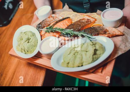 Salomon grillé avec purée de patates douces steak et vert laitue. Banque D'Images