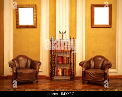 Maison de l'ère victorienne intérieur avec deux fauteuils et une bibliothèque, deux tableaux avec copie espace sur elle Banque D'Images