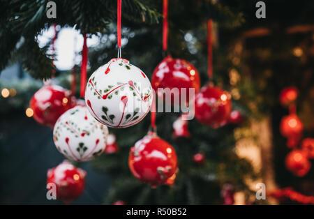 Close up of red and white Christmas Tree decorations en vente sur un marché de Noël.