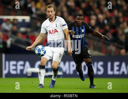 Tottenham Hotspur Harry Kane (à gauche) et l'Inter Milan's Kwadwo Asamoah bataille pour la balle durant la Ligue des Champions, match du groupe B au stade de Wembley, Londres. Banque D'Images