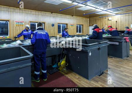 Minsk, Belarus - 16 octobre 2017: séparer la collecte des déchets. Le recyclage et le stockage des déchets pour plus d'élimination. Matériel de tri des travailleurs d'être p Banque D'Images