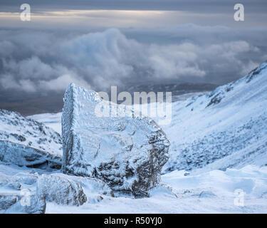 Couvert de neige et de glace rocher dans un paysage de montagne d'hiver Banque D'Images