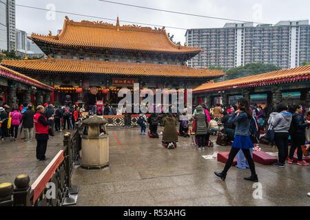 Les gens priaient à l'autel principal à Sik Sik Yuen Wong Tai Sin temple. Hong Kong, Kowloon, Janvier 2018 Banque D'Images