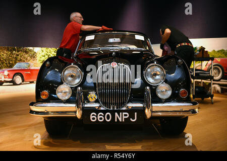 Les assistants de vente aux enchères polissent une Jaguar XK150 de 1960, lors d'un appel photo pour 20 millions de livres de supervoitures avant qu'elles ne soient offertes aux enchères, à Bonhams dans New Bond Street, Londres.