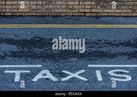 Taxi ou mini cab rank avec lignes jaunes et des aires de stationnement réservées et le travail des taxis.