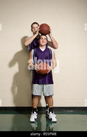 Haut et court de joueurs de basket-ball Banque D'Images