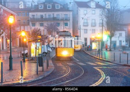 Tram 28 jaune dans Alfama, Lisbonne, Portugal Banque D'Images