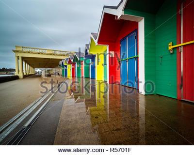 Une image de Barry Island Beach huts montrant comment ils sont dynamiques contre un ciel terne Banque D'Images
