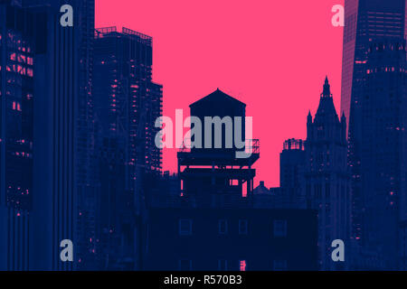 New York City skyline avec silhouette de Water Tower à Manhattan en effet de couleur rose et bleu Banque D'Images