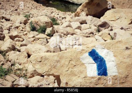 Randonnées, peinte sur une pierre dans la région du désert rocheux Banque D'Images