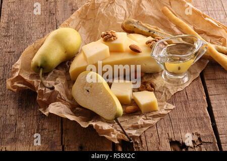 Gruyère fromage sur un fond de bois