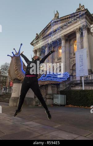 Londres, Royaume-Uni. 30 novembre 2018. Artiste nominé Prix Turner Monster Chetwynd pose devant son nouveau Tate Britain Commission d'hiver. L'artiste, autrefois connu sous le nom de 'Marvin Gaye' et 'Spartacus', a transformé la Tate Britain's iconic façade néoclassique pour marquer la saison d'hiver avec une nouvelle pièce inspirée par le solstice d'hiver, impliquant une lumière éblouissante et d'affichage des éléments de la sculpture. Commission d'hiver 2018: Monster Chetwynd est mis à jour quotidiennement à partir du 1er décembre 2018 - 28 février 2019. Crédit: Stephen Chung / Alamy Live News Banque D'Images