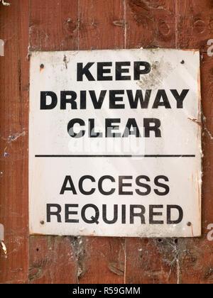 Garder clairement allée no parking sign board blanc et noir Banque D'Images