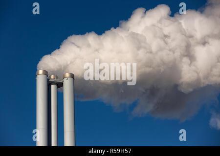 Des cheminées d'une centrale électrique Banque D'Images