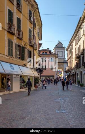 Ruelle étroite à Salo, rue commerçante, le lac de Garde, Brescia, Lombardie, Italie