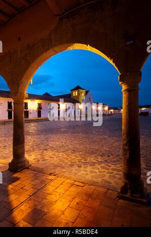 La Colombie, la Villa de Leyva Boyaca, Province, Monument National, la Plaza Mayor, Plaza plus important dans le pays, l'Iglesia Parroquial Banque D'Images