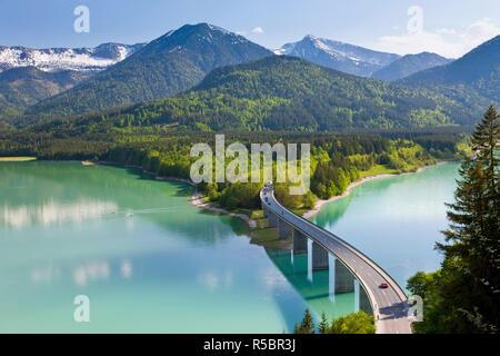 Lac de Sylvenstein et pont, Alpes bavaroises, Bavière, Allemagne Banque D'Images