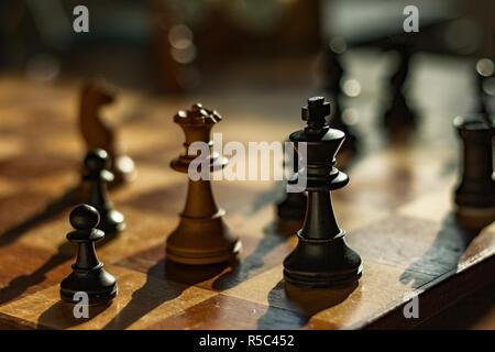 Reine et Roi: pièces d'échecs sur un conseil. La Reine blanche mates le roi noir dans un jeu d'échecs.