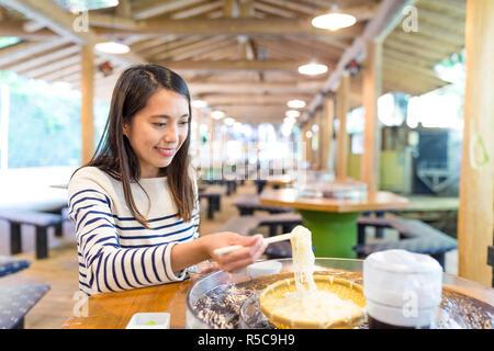 Woman eating somen froides dans un restaurant japonais Banque D'Images