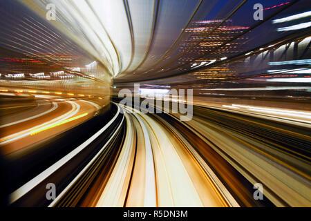 L'Asie, Japon, Honshu, Tokyo, POV blurred motion traversant le pont en arc-en-ciel à partir d'un train en mouvement Banque D'Images