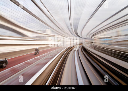 L'Asie, Japon, Honshu, Tokyo, POV blurred motion des bâtiments de Tokyo à partir d'un train en mouvement Banque D'Images