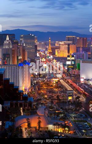 États-unis d'Amérique, Nevada, Las Vegas, augmentation de la tombée de la vue de l'Hôtels et casinos le long du Strip Banque D'Images