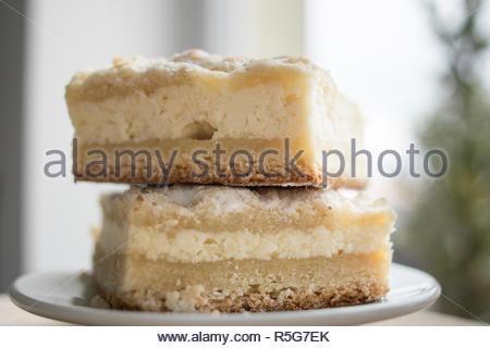 Deux morceaux de fromage tarte sur une assiette en vue de côté. Banque D'Images