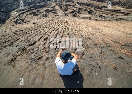 L'homme sur le dessus de la couche de sable, de cendres volcaniques du Mont terre volcan Bromo (Gunung Bromo) au Parc National de Bromo Tengger Semeru, l'Est de Java, Indonésie
