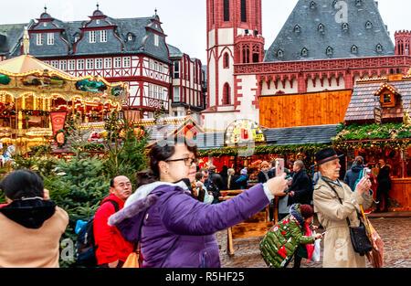 FRANKFURT AM MAIN, ALLEMAGNE, LE 30 NOVEMBRE 2018: la foule à la traditionnelle (depuis 1393) Marché de Noël dans le centre historique de Francfort Banque D'Images