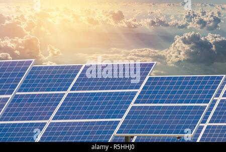 Power Plant à l'aide d'énergie solaire renouvelable avec ciel bleu Banque D'Images