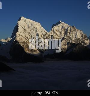 Vue depuis l'Everest, Gokyo Ri Parc National. Montagnes couvertes de neige et le Cholatse Taboche. Banque D'Images